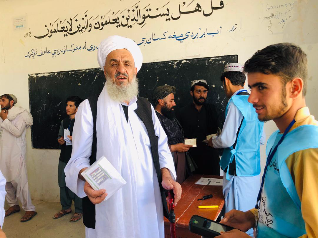 A tribal elder casting his voting in Kandak high school of Qalat (Zabul), looking for the person who would take biometric data.