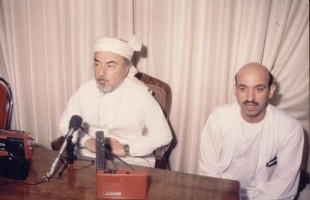 Hamed Karzai as translator for Pir Gailani, likely in 1992. Source: archive/unknown (please let us known when you have the copyright for this)