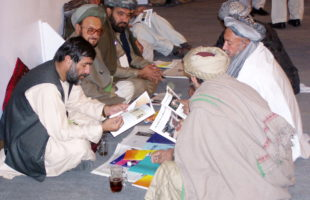 One of the working groups in discussion on 24 December 2003 during the Constitutional Loya Jirga of 2003/04. Photo: Thomas Ruttig/2003